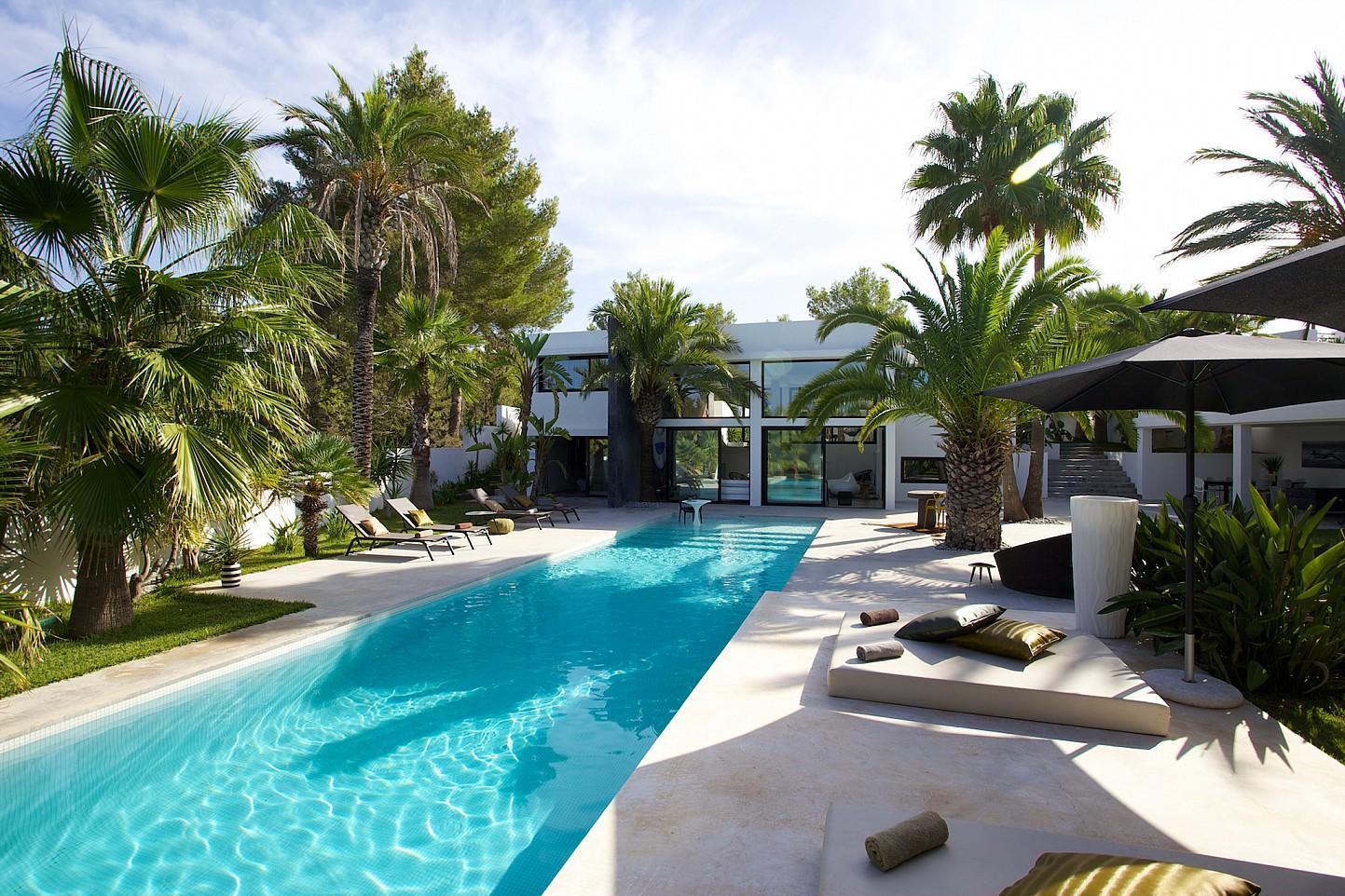 Шикарный бассейн виллы в стиле минимализм на Ибице