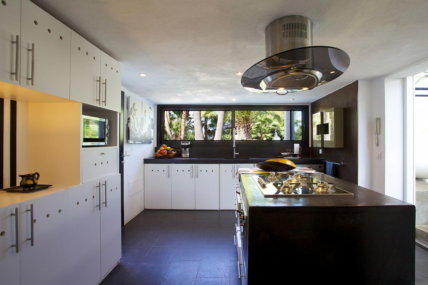 Современная кухня виллы в стиле минимализм на Ибице