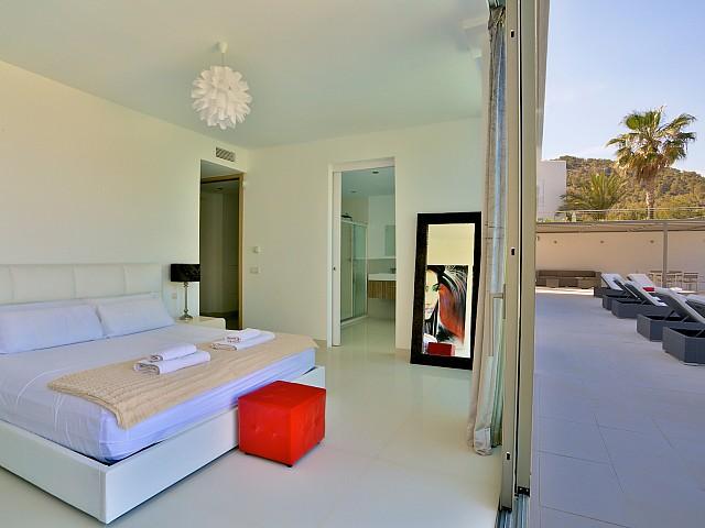 Светлая спальня виллы в аренду в Кап Мартинет