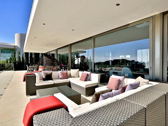 Потрясающая терраса виллы в аренду в Кап Мартинет