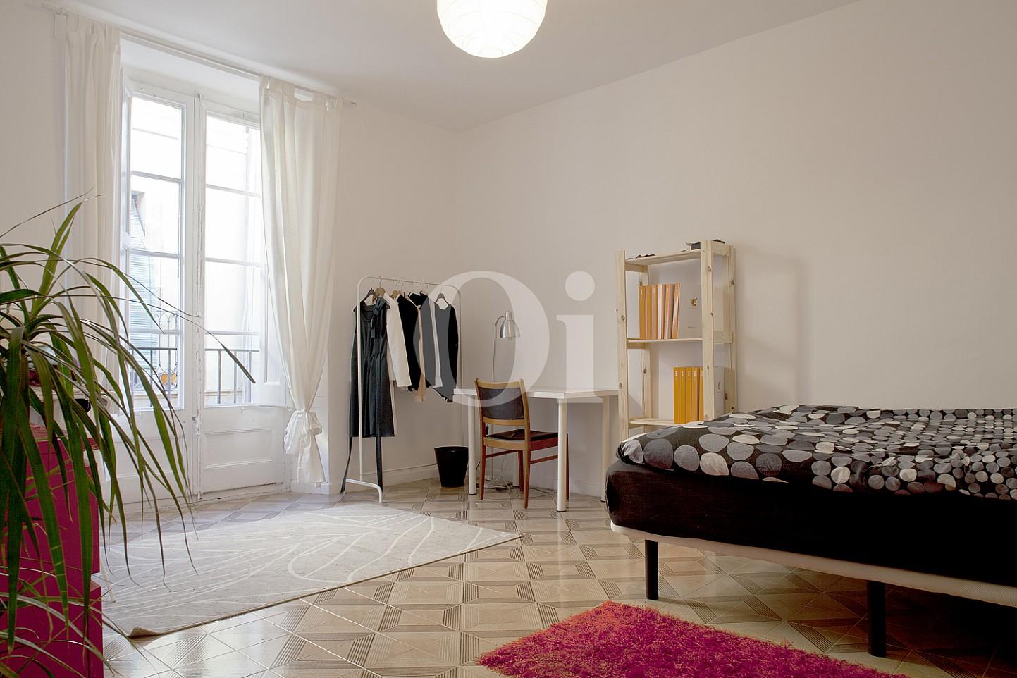 Светлая спальня квартиры на продажу в Готическом квартале