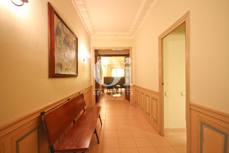 Широкий коридор квартиры в Бонанова