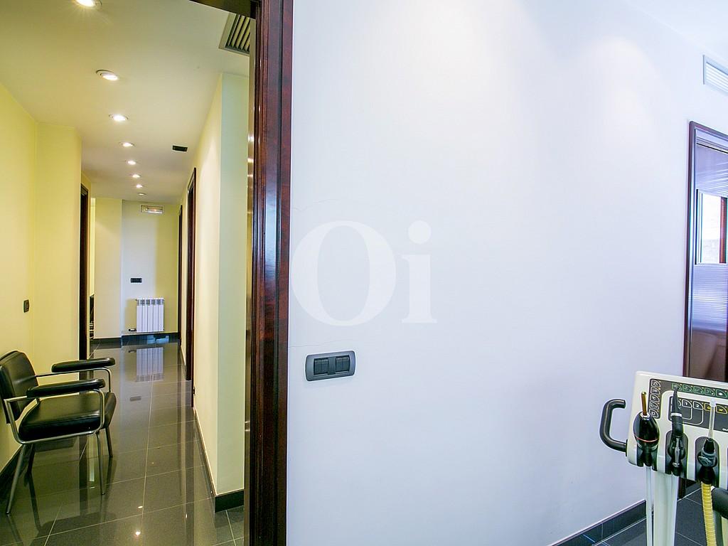 Широкий коридор квартиры на продажу в Саррья