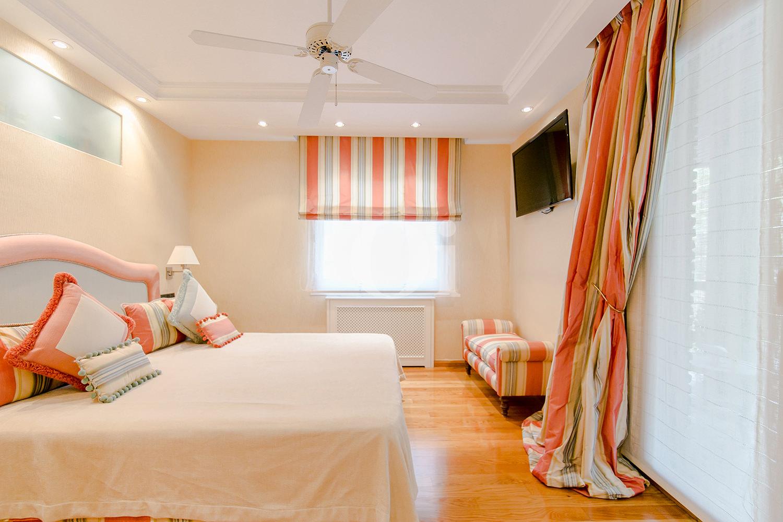 Светлая спальня квартиры в Трес Торрес