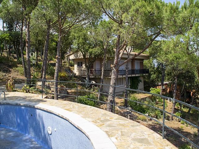 Эффектная недвижимость 1600 м2 вместе с собственностью с отдельной квартирой и бассейном !!