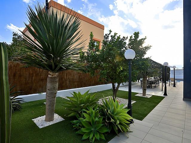 Живописный сад виллы в Хесус