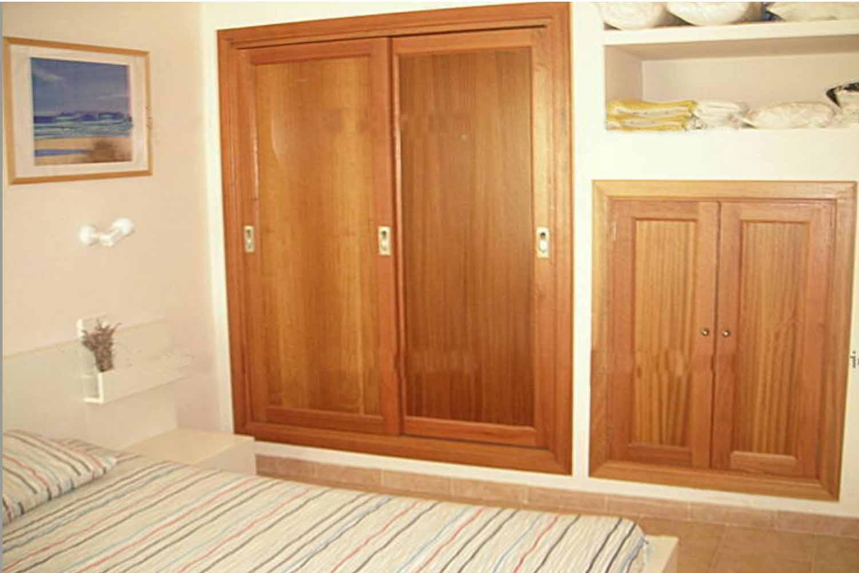 Светлая спальня квартиры на продажу на Ибице