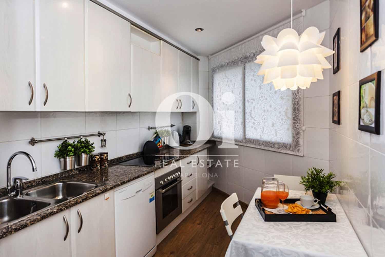Cocina de estupenda casa en venta con terraza en Sants, Barcelona