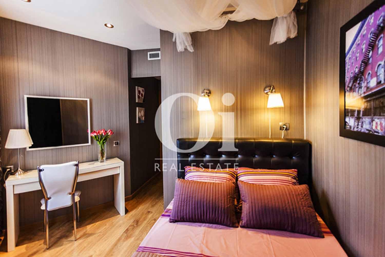Dormitorio de estupenda casa en venta con terraza en Sants, Barcelona