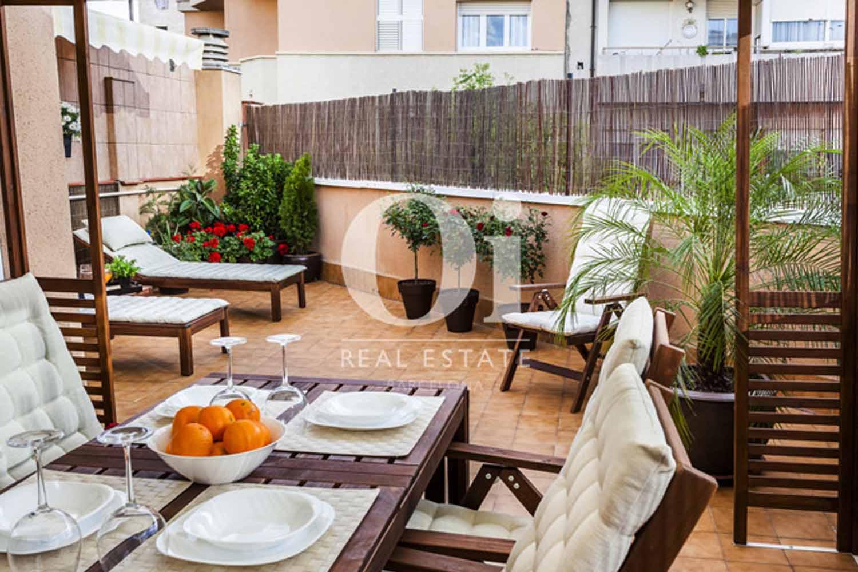 Comedor de verano de estupenda casa en venta con terraza en Sants, Barcelona