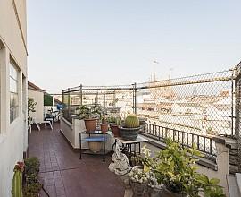 Spektakuläres Penthouse ÜBERHOLUNGSBEDÜRFTIG  im Eixample Dreta von Barcelona zu verkaufen