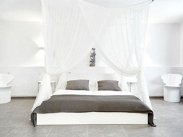 Светлая спальня дома на Ибице