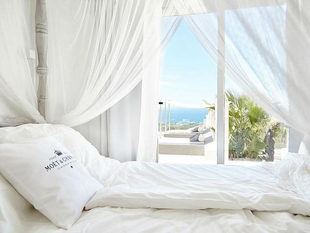 Шикарная спальня дома на Ибице