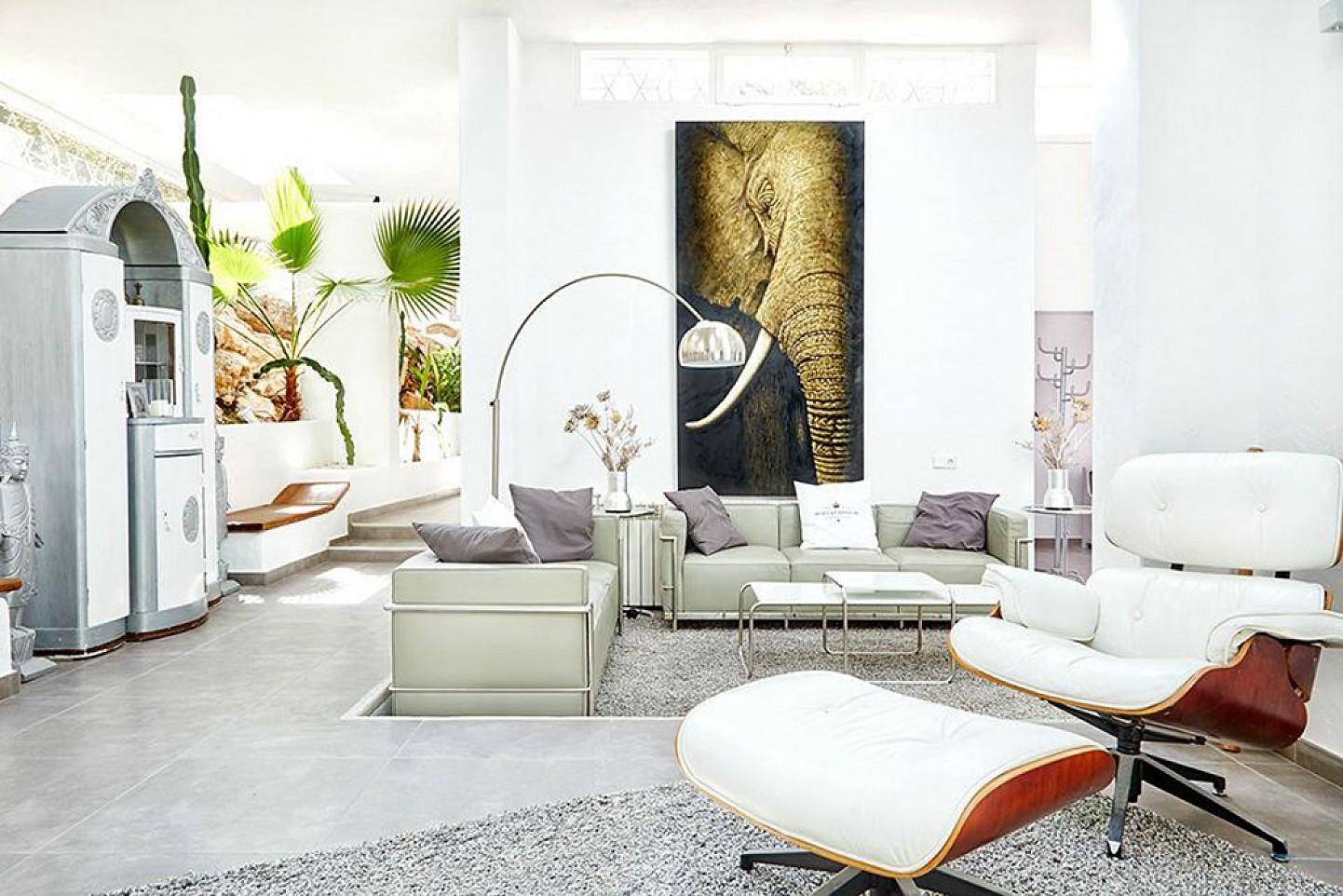Солнечная гостиная дома на Ибице