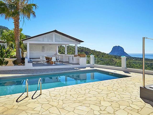 Шикарный бассейн дома на Ибице