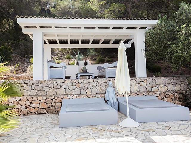 Живописный сад дома на Ибице