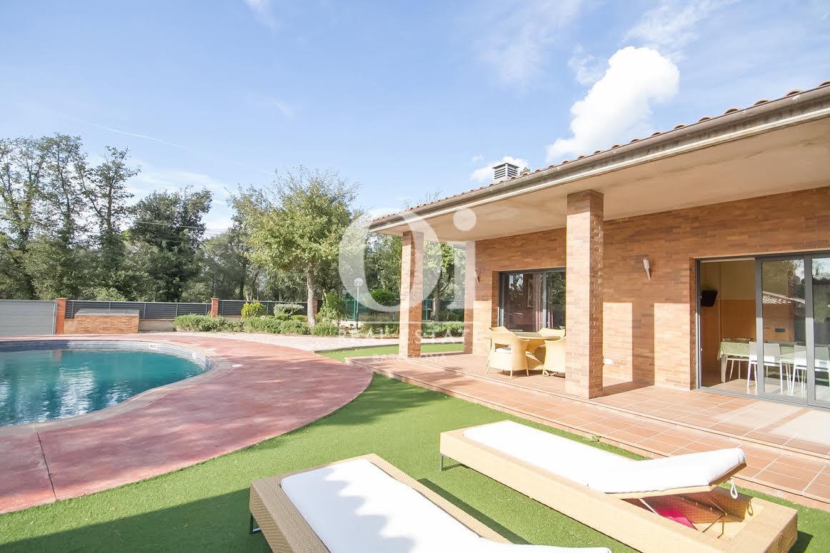 Fantàstiques vistes del jardí amb la piscina