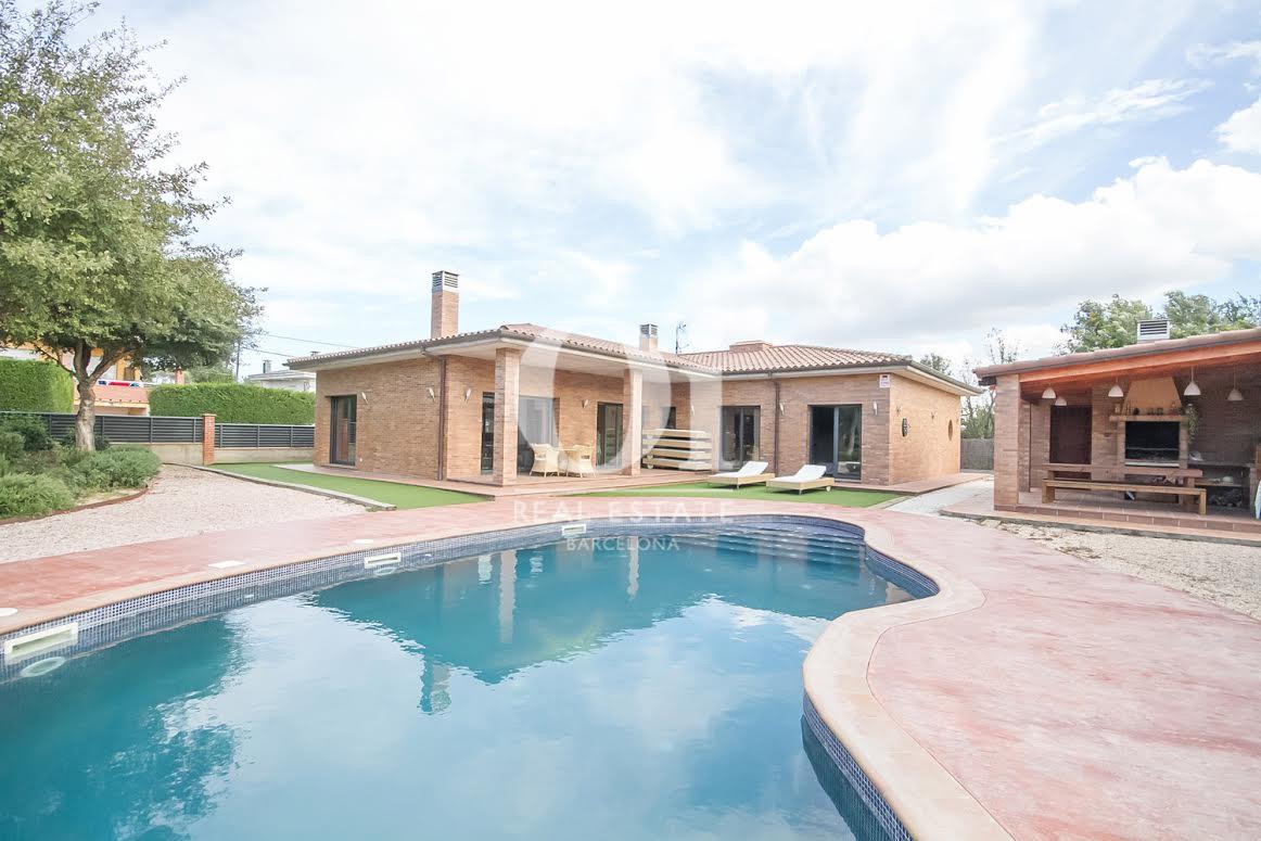 Gran piscina privada al jardí