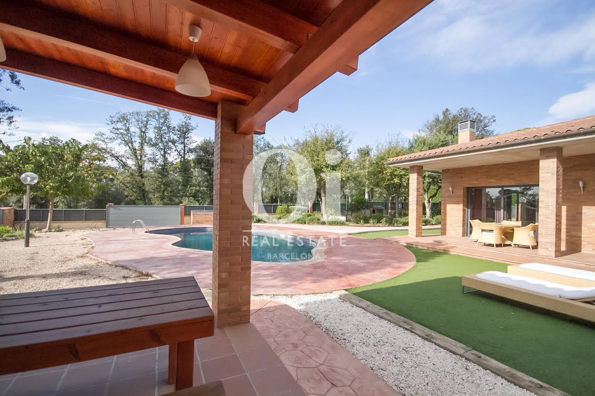 Magnífic porxo al costat del jardí i la piscina
