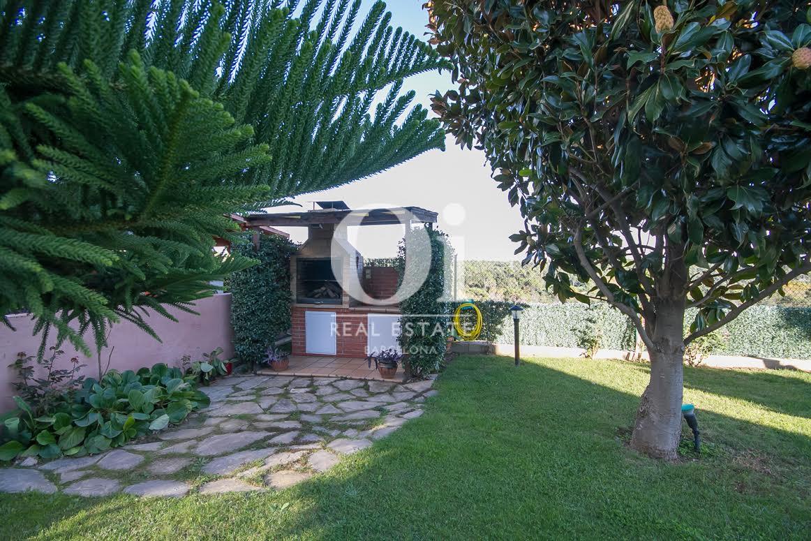 Живописный сад дома в Палау Солита-и-Плегаманс