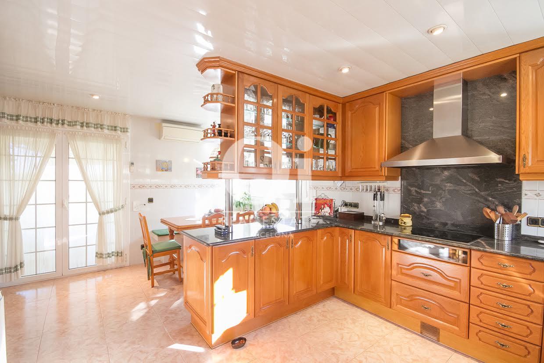 Просторная кухня дома в Палау Солита-и-Плегаманс