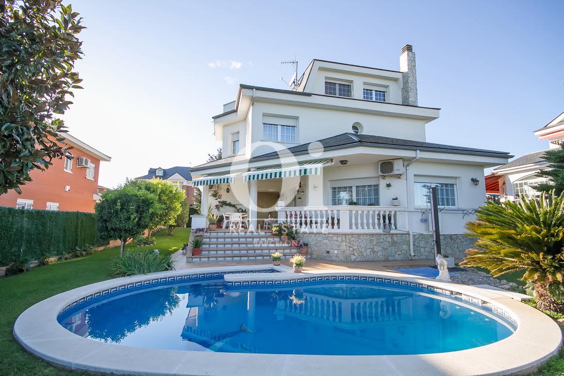 Vistas de la villa con la piscina