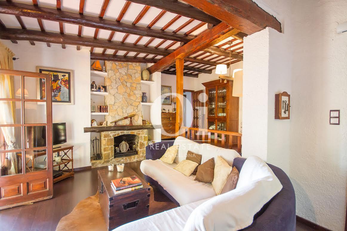 Vistas interiores del salón-comedor amplio con chimenea