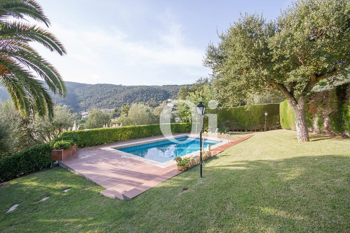 Zona exterior con la piscina y el jardín