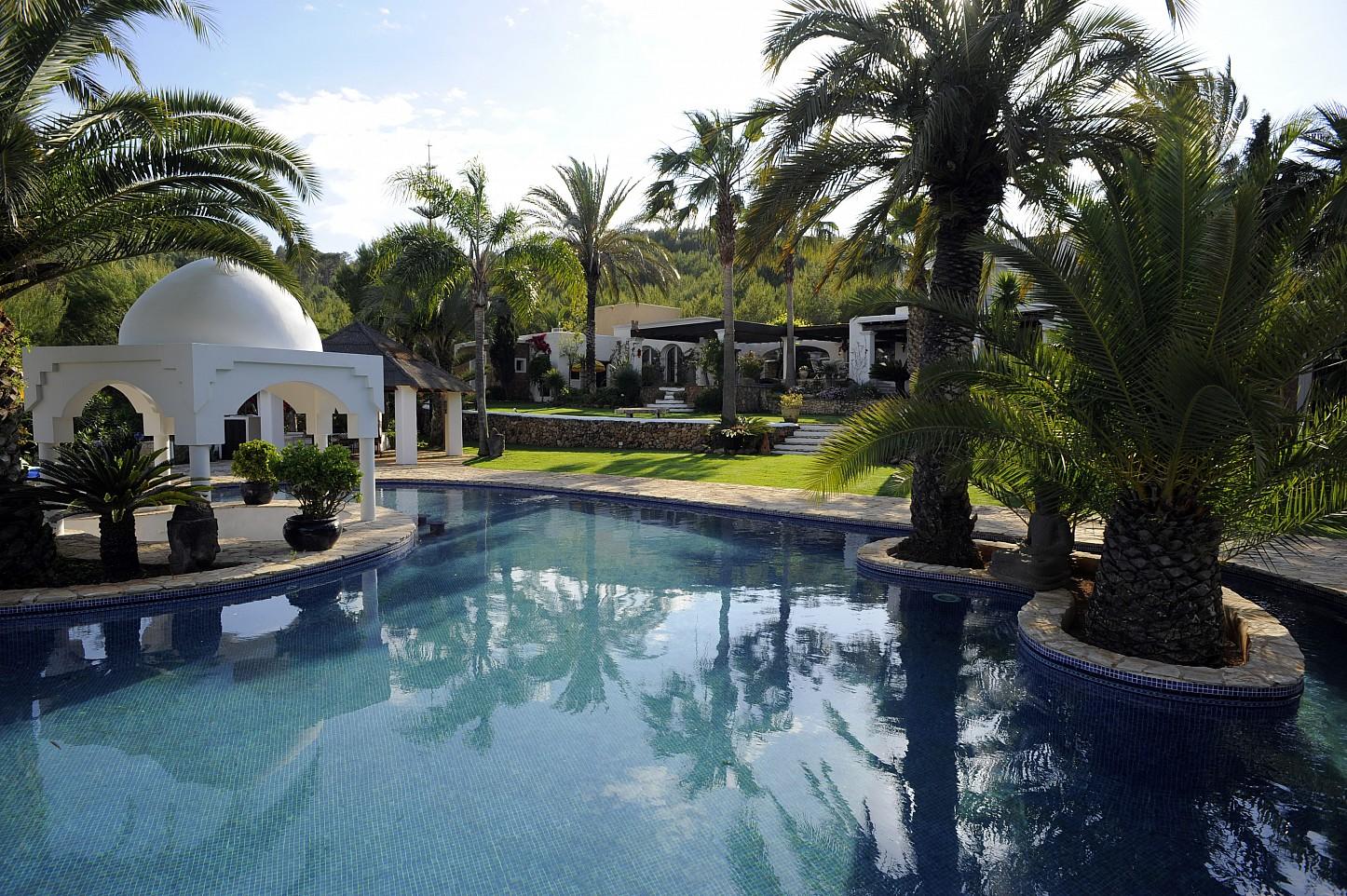 Шикарный бассейн  виллы на Ибице