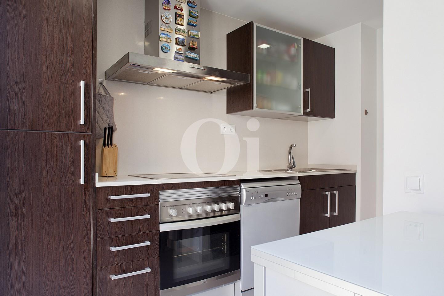 Современная кухня квартиры в Саграда Фамилия