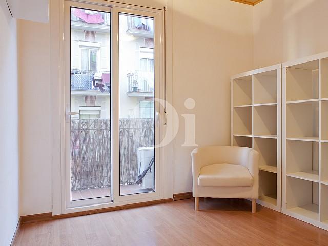 Светлая спальня квартиры в Побле Сек