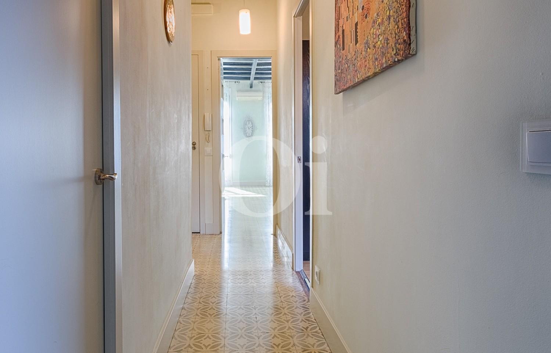 Широкий коридор квартиры в Грасия
