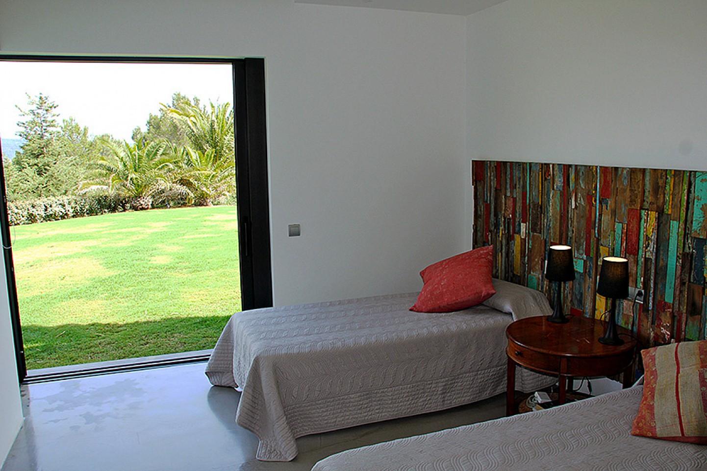 Уютная спальня виллы в Далт Вилла