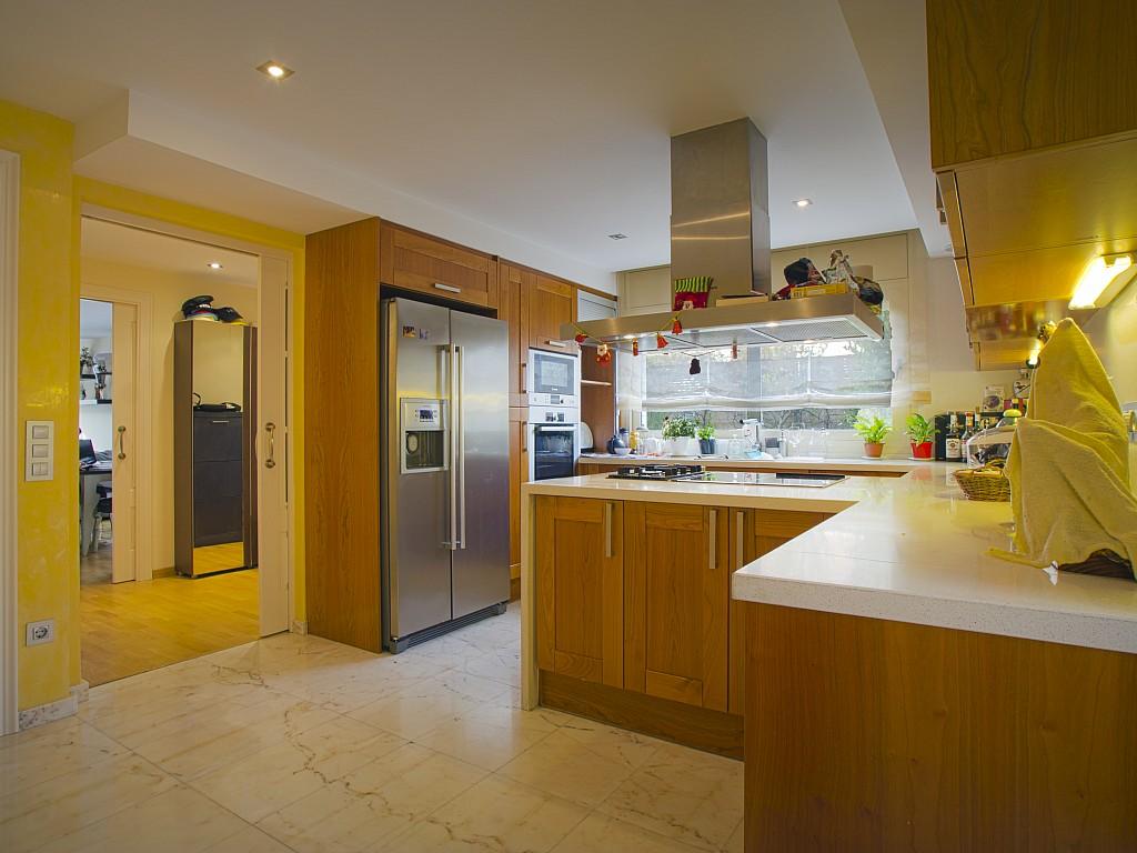 Современная кухня дома в Льорет де Мар
