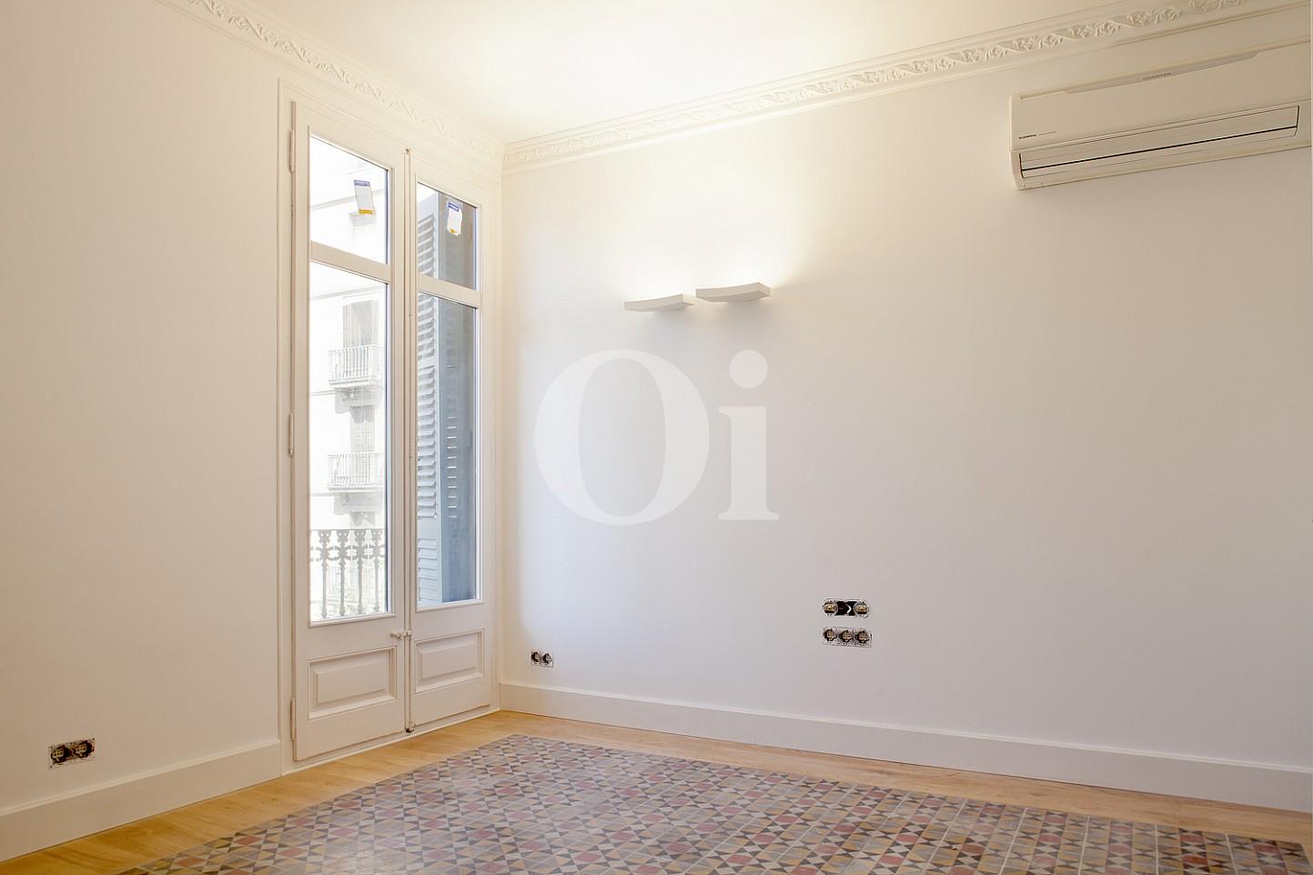 Светлая спальня  квартиры в Эшампле Дрета