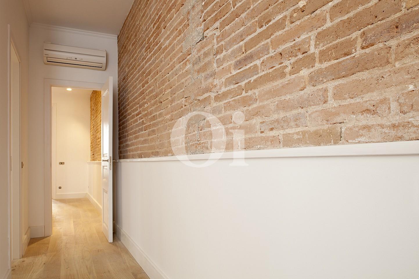 Широкий коридор квартиры в Эшампле Дрета
