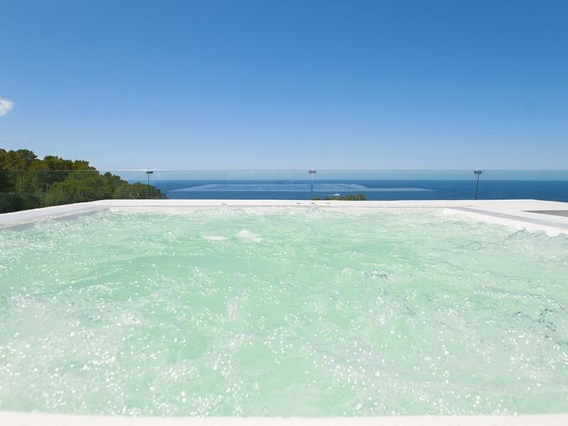 Шикарный бассейн виллы в Кала Моли