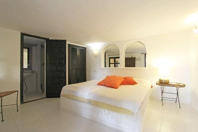Уютная спальня виллы в Санта Эулалия