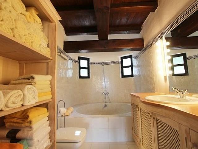 Ванная комната виллы в Санта Эулалия