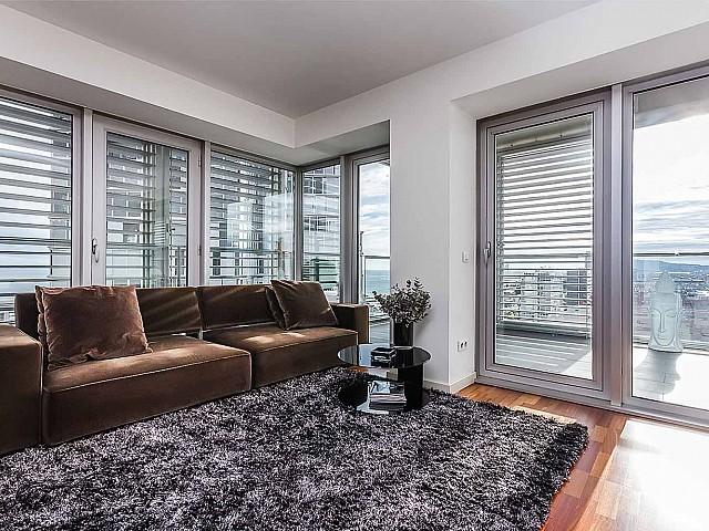 Salon lumineux et spacieux dans un appartement de luxe en vente à diagonal mar à barcelone