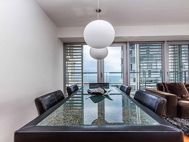 Lumineuse salle à manger dans un appartement de luxe en vente à diagonal mar à barcelone