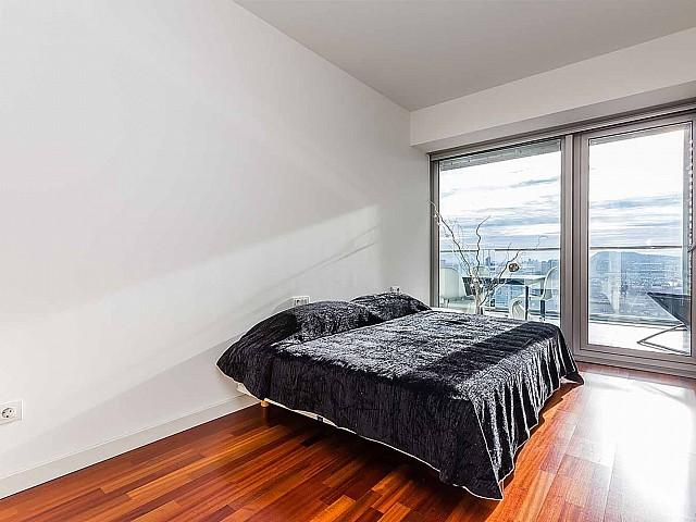 Moderner Schlafbereich im luxuriösen Penthouse zum Verkauf in Diagonal Mar