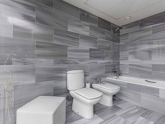 Salle de bain complète et moderne dans un appartement de luxe en vente à diagonal mar à barcelone
