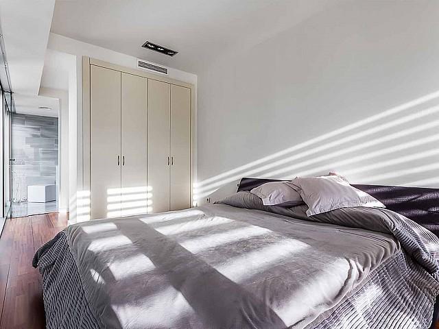 Heller Schlafbereich im luxuriösen Penthouse zum Verkauf in Diagonal Mar