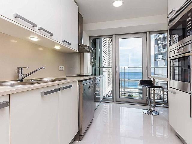 Cuisine équipée et moderne dans un appartement de luxe en vente à diagonal mar à barcelone
