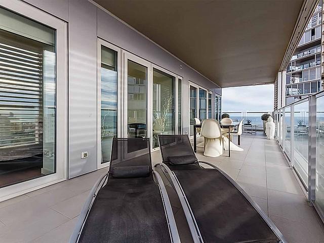 Wunderschöne Terrasse im luxuriösen Penthouse zum Verkauf in Diagonal Mar