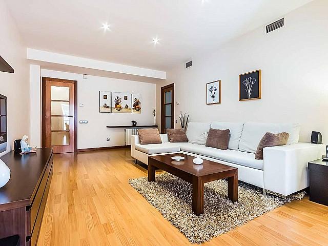 Spacieux salon dans un appartement de luxe en vente à Poblenou à Barcelone