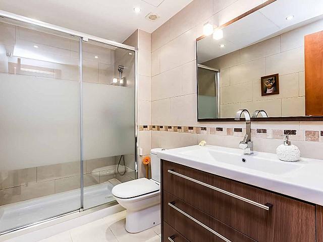 Helles Badezimmer des fantastischen Penthouse zum Verkauf in der Rambla del Poblenou in Barcelona