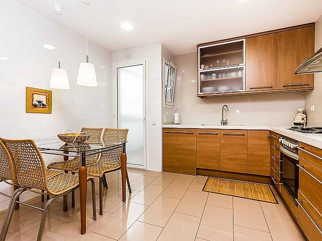 Luxus-Küche des fantastischen Penthouse zum Verkauf in der Rambla del Poblenou in Barcelona