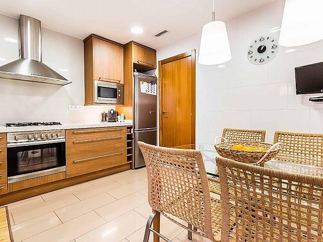 Cuisine équipée dans un appartement de luxe en vente à Poblenou à Barcelone